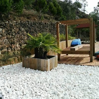 Preparación de jardín con piedras blancas.