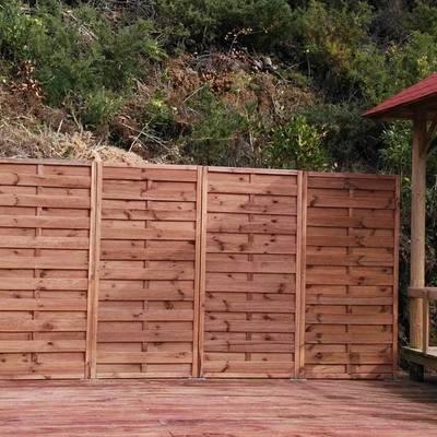 Colocación paneles de madera en zona de piscina.