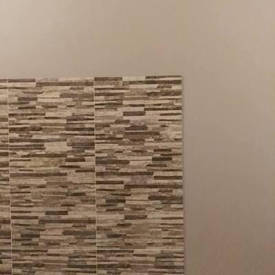 Colocación azulejo imitación a piedra. Pintura gris piedra.