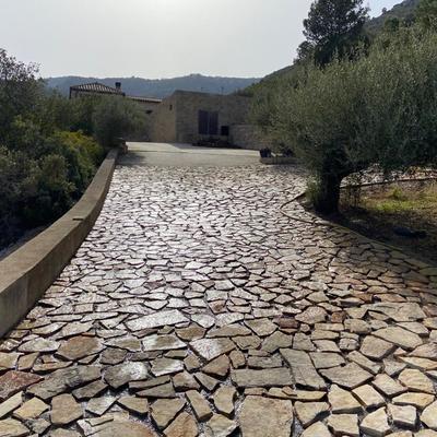 Camino con piedra aplacada
