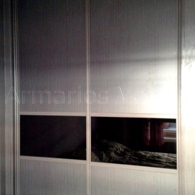 Armario con panel color Ceniza y cristal negro