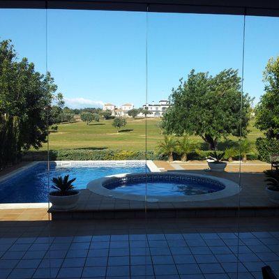 cortina de cristal y piscina