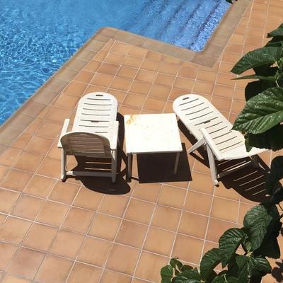 Coronación de piscina con baldosa tipo grés