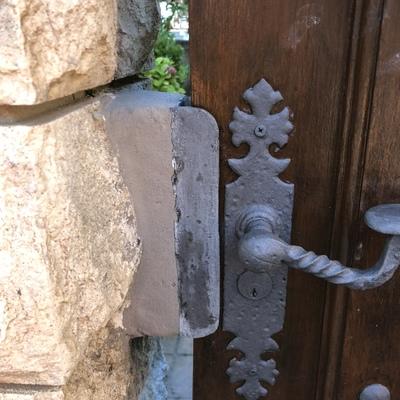 Cerradura en muro de piedra