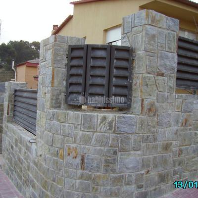 Aplacado  de piedra Llicorella rectangular con junta de mortero