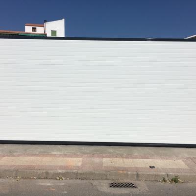 Puerta corredera con panel