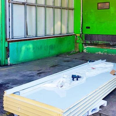 Panel de fachada con sistema de pintura de poliuretano bicomponente.