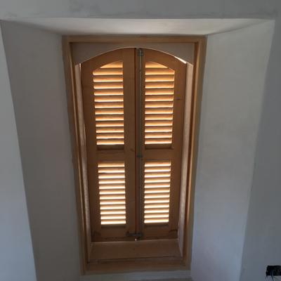 Montaje de persiana Mallorquina y marco ventana