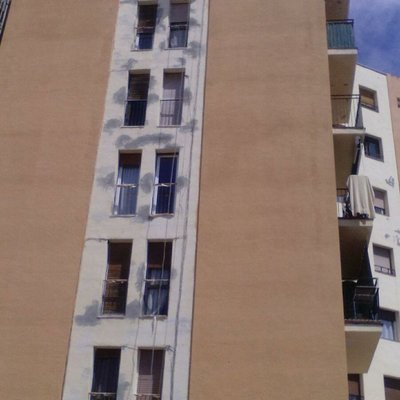 Hacer reparaciones en la fachada y pintar Sitges