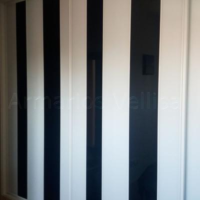 Armario empotrado a medida con cristal en franjas verticales blanco y negro