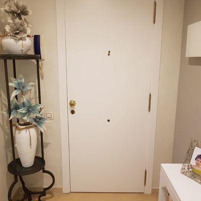 Puerta entrada en blanco
