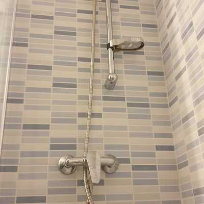 Instalación de grifo de ducha con barra de ducha regulable