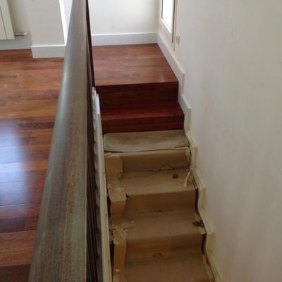 Detalle escalera en merbau madera