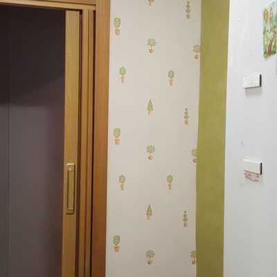 Se procede a retirar el antiguo papel en verde y arreglar la pared