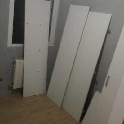 Lijado, pintado y colocación de muebles en habitación