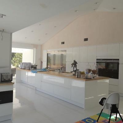 Cocina cúbica blanca moderna