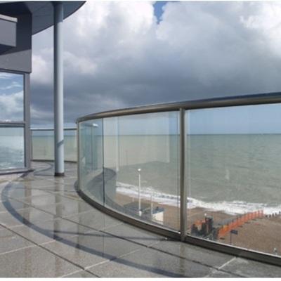 Vidrio curvado con pasamanos de aluminio en balcón