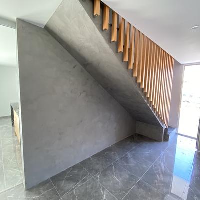 Microcemento en pared y techo escalera