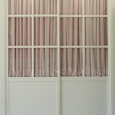 Modelo cuadrantes, cristal transparente con visillo rosa.