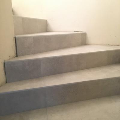 Escalera compensada de baldosas.. (80x80 cm.).