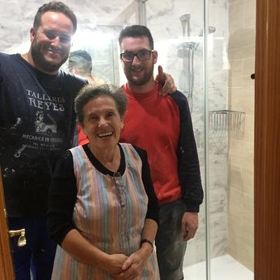 Foto con Clienta al terminar la reforma del baño