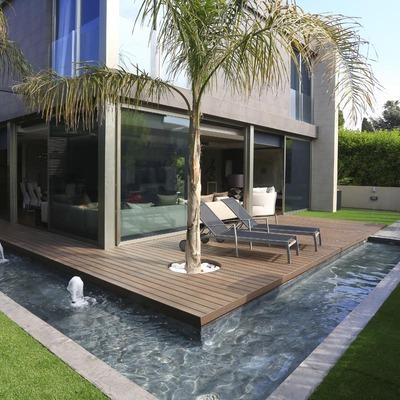 Solarium con estanque en pequeño jardín
