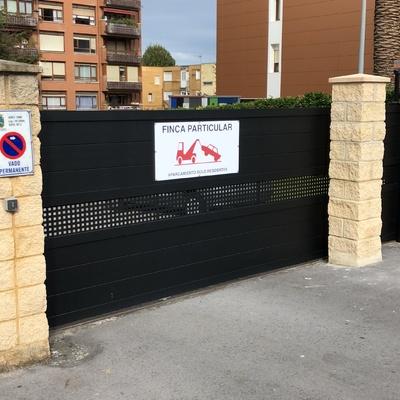 Puerta corredera con cartel avisador en vinilo