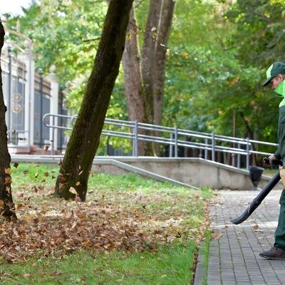 Servicio de limpieza con máquina sopladora y recogida de podas en urbanizaciones
