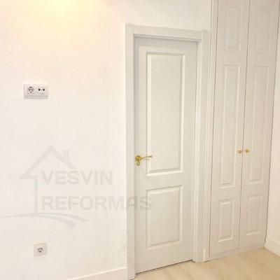Puertas plafonadas lacadas blancas