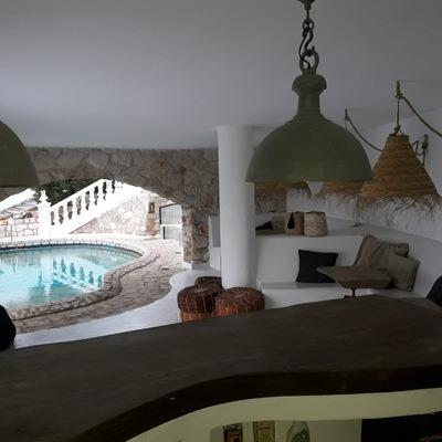 Salón con vistas a la piscina