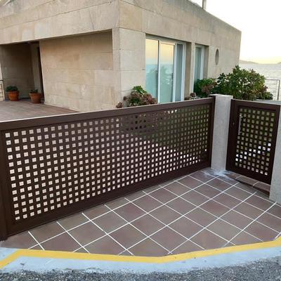 Puerta corredera y peatonal en chapa perforada de 40x40