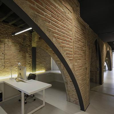Vista de un puesto de trabajo en obra de transformación de una vivienda en oficina de publicidad