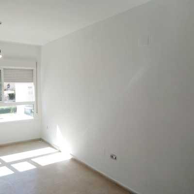 Salón pintado de Blanco techo y paredes