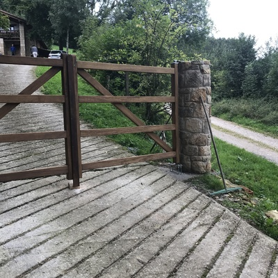 Puerta de madera entrada a finca