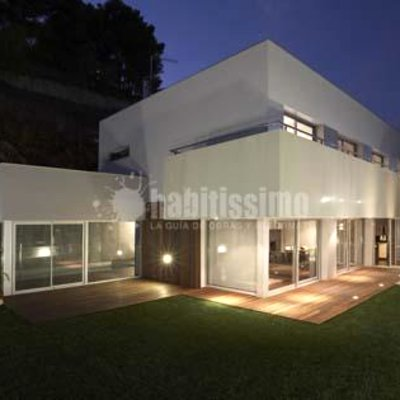 Vista nocturna casa con piscina privada
