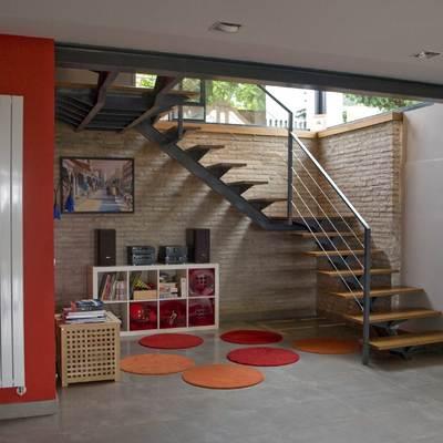 Escalera acero-madera de accesso al hall de entrada