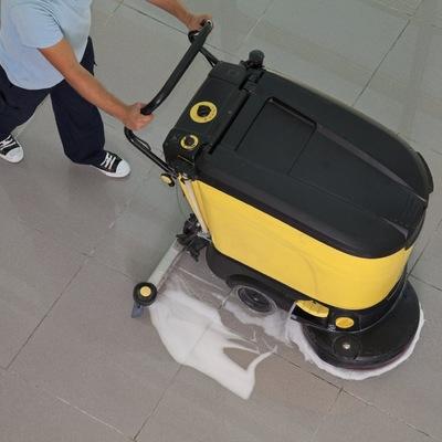 Limpieza de suelo con maquina fregadora.