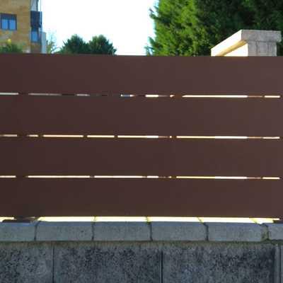Muro de bloque con valla metálica