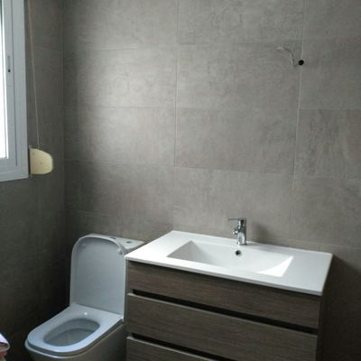 Sanitarios en baño acabado