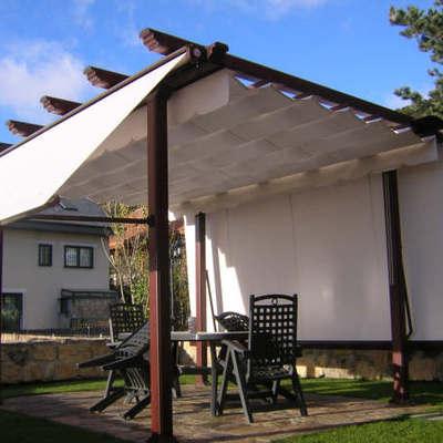 Pergola con estructura imitacion madera