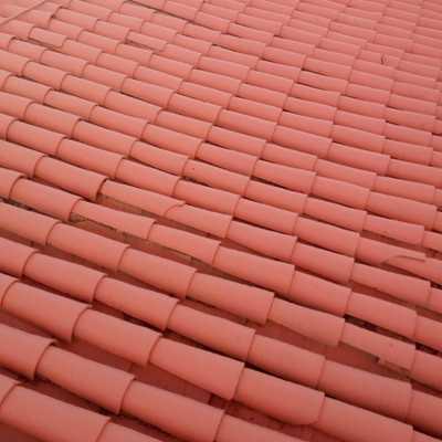 Acabado de tejas y canales en caucho proyectado en color teja