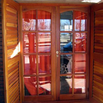 Aberturas completas de cedro de una vivienda