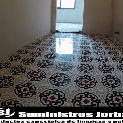 Decapado y cristalizado en pavimento de mosaico.