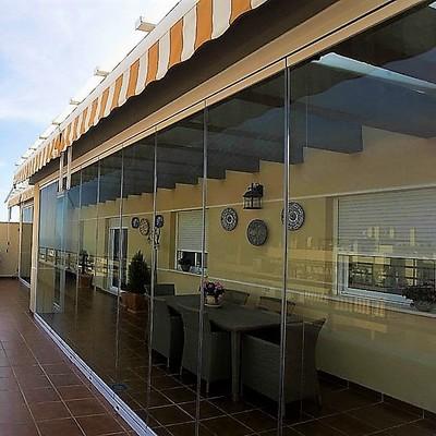 Instalación de cortina de cristal en Torremolinos.
