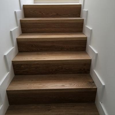 Revestimiento de escalera con madera de roble natural