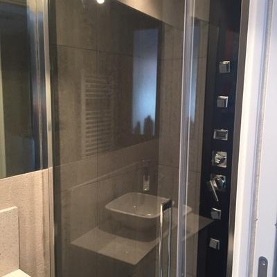 Mampara d ducha y columna de hidromasaje