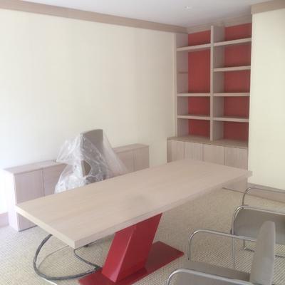 Mesa y estanterías