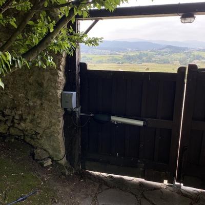 Brazo electromecánico en puerta de madera