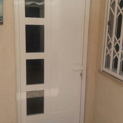Puerta de entrada de aluminio