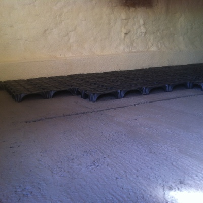 Aislamiento de solera de cupolex sobreelevada para evitar humedades.